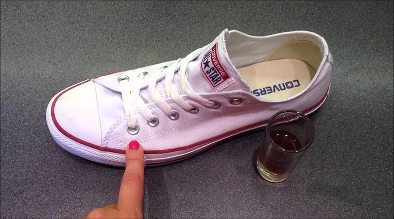 Elimina manchas de tus zapatillas blancas
