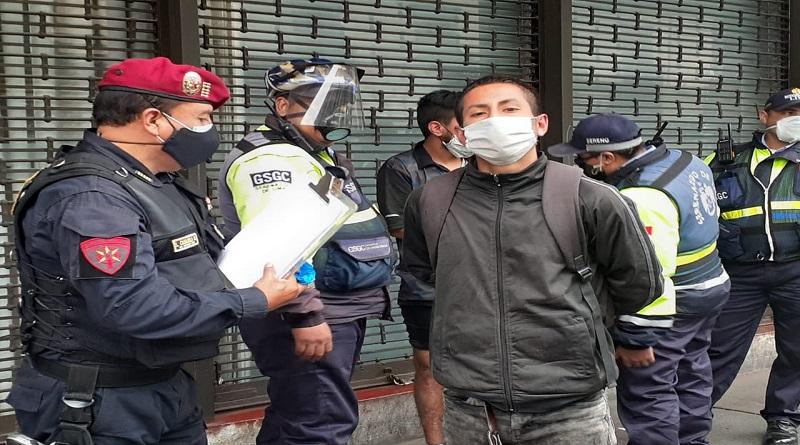 Insultan y amenazan con arma a serena que les llamó la atención por miccionar en la calle