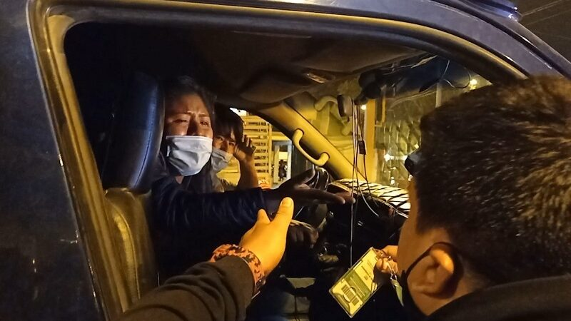 Cobradora de combi informal  llora para que no lleven su vehículo al depósito