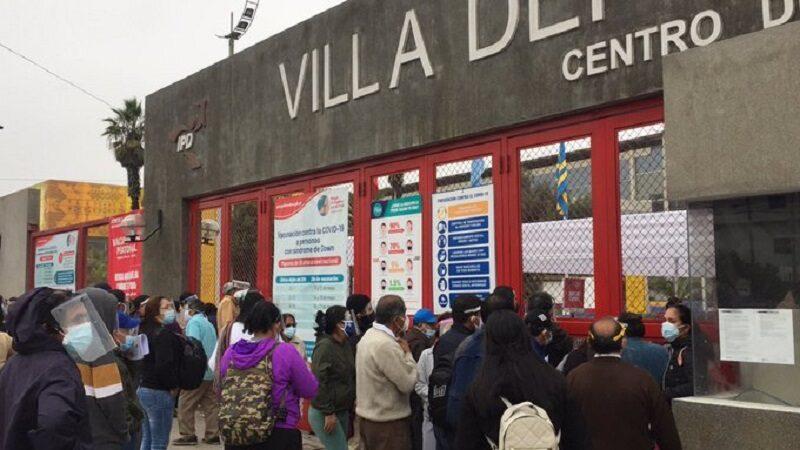 Vacunación: miles de abuelitos madrugan en largas colas en La Videna [VIDEO]