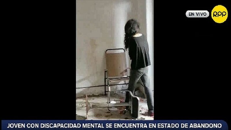 Surco: Reportan vecinos que mujer con alteraciones mentales se encuentra en abandono
