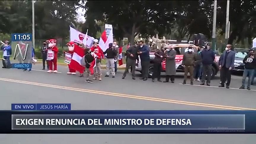 Cerca de treinta personas realizan 'plantón' frente a Ministerio de Defensa