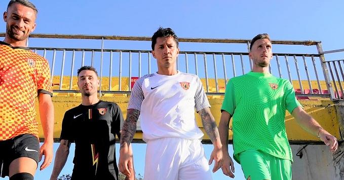 Con Lapadula, Benevento presenta sus nuevos uniformes para la Serie B
