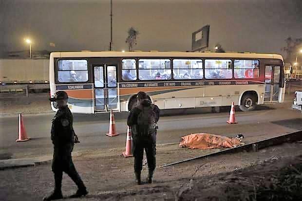 Policía acribilla a delincuente que asaltaba a pasajeros en bus público