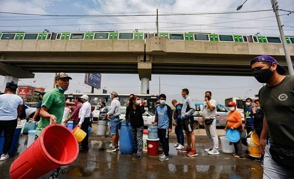 SJL: vecinos pugnan diariamente por conseguir agua potable