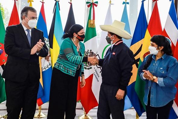 Con todos los honores: Castillo llegó a México para cumbre de CELAC