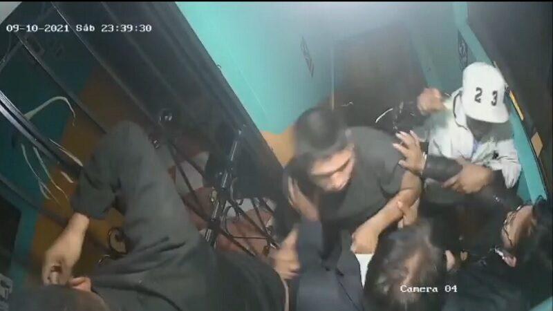 Ate Vitarte: delincuentes agarran a golpes a empresario en puerta de hostal [VIDEO]