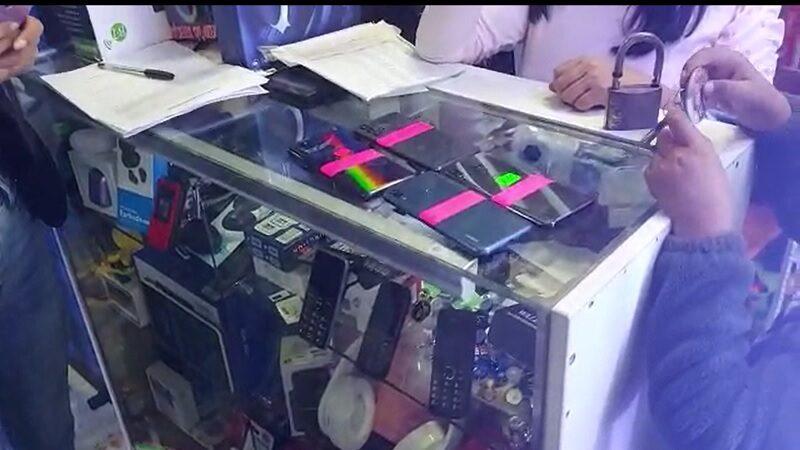 La Victoria: vendían más de 88 celulares robados en galería comercial [VIDEO]