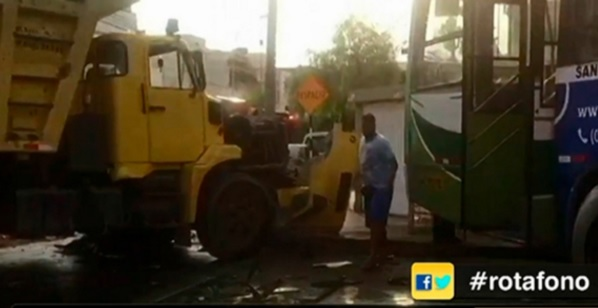 14 heridos deja violento choque entre volquete y bus