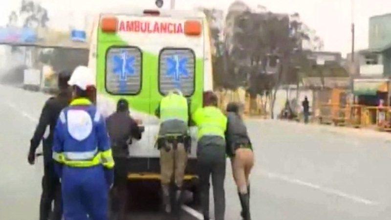 Ambulancia tuvo que ser empujada y luego llevada en grúa