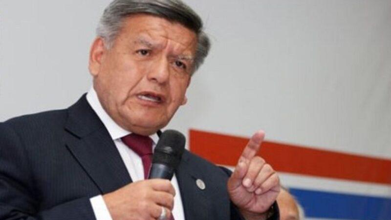 Acuña llamó «patán» a Rafael López Aliaga por insultar a Juliana Oxenford