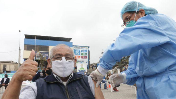 COVID-19: Tasa de muertes disminuye en adultos mayores debido a la vacunación en nuestro país