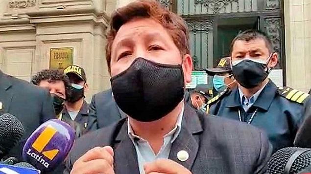 «Tienes que lavarte el oído», le dice premier Guido Bellido a reportero
