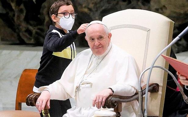 Niño con autismo se divirtió con el Papa e intentó llevarse su gorro