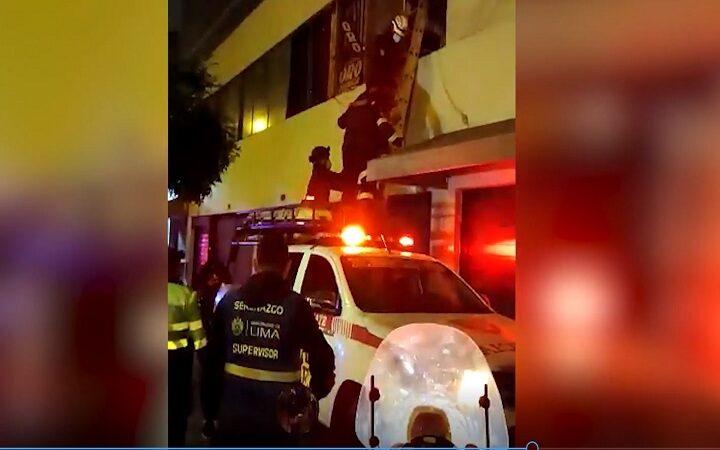 Avenida Abancay: ladrón usa escalera para robar celulares en local comercial [VIDEO]
